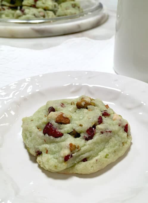 Don't like to bake? This Cranberry Pistachio cookie recipe is for you! It's really simple to make and the combination of green and red colours make it perfect for the season.